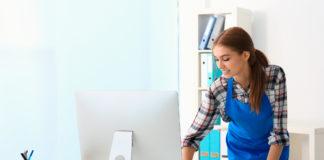Noen som vasker på et kontor