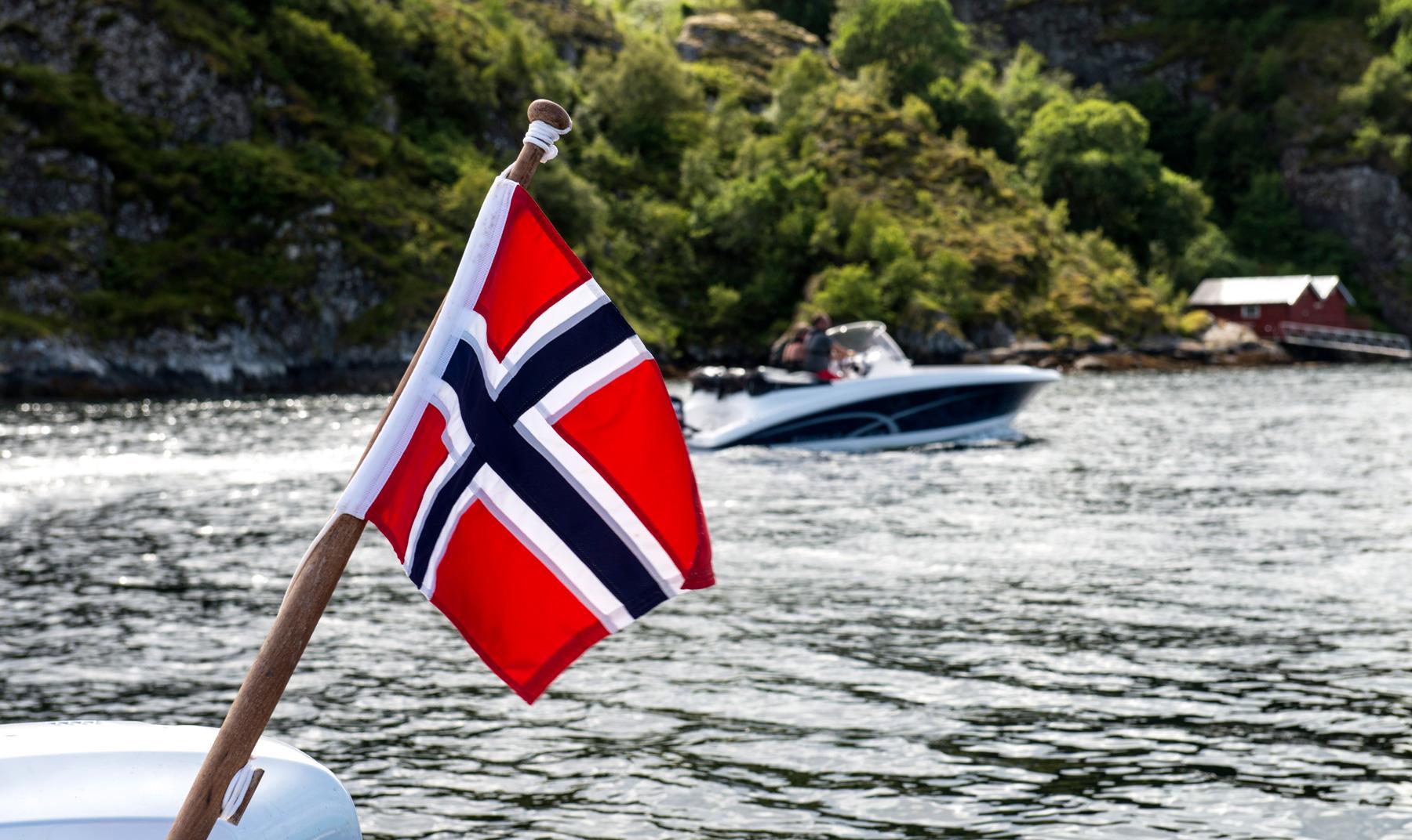 Sjølivet på Knarrlagsundet med det norske flagget på båten