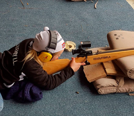 Jente gjør seg klar til å skyte på Fjellvær skytterlag