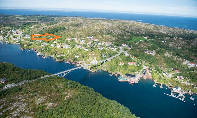 bilde av Knarrlagsund med oransje pil mot Kvalvikbakkan