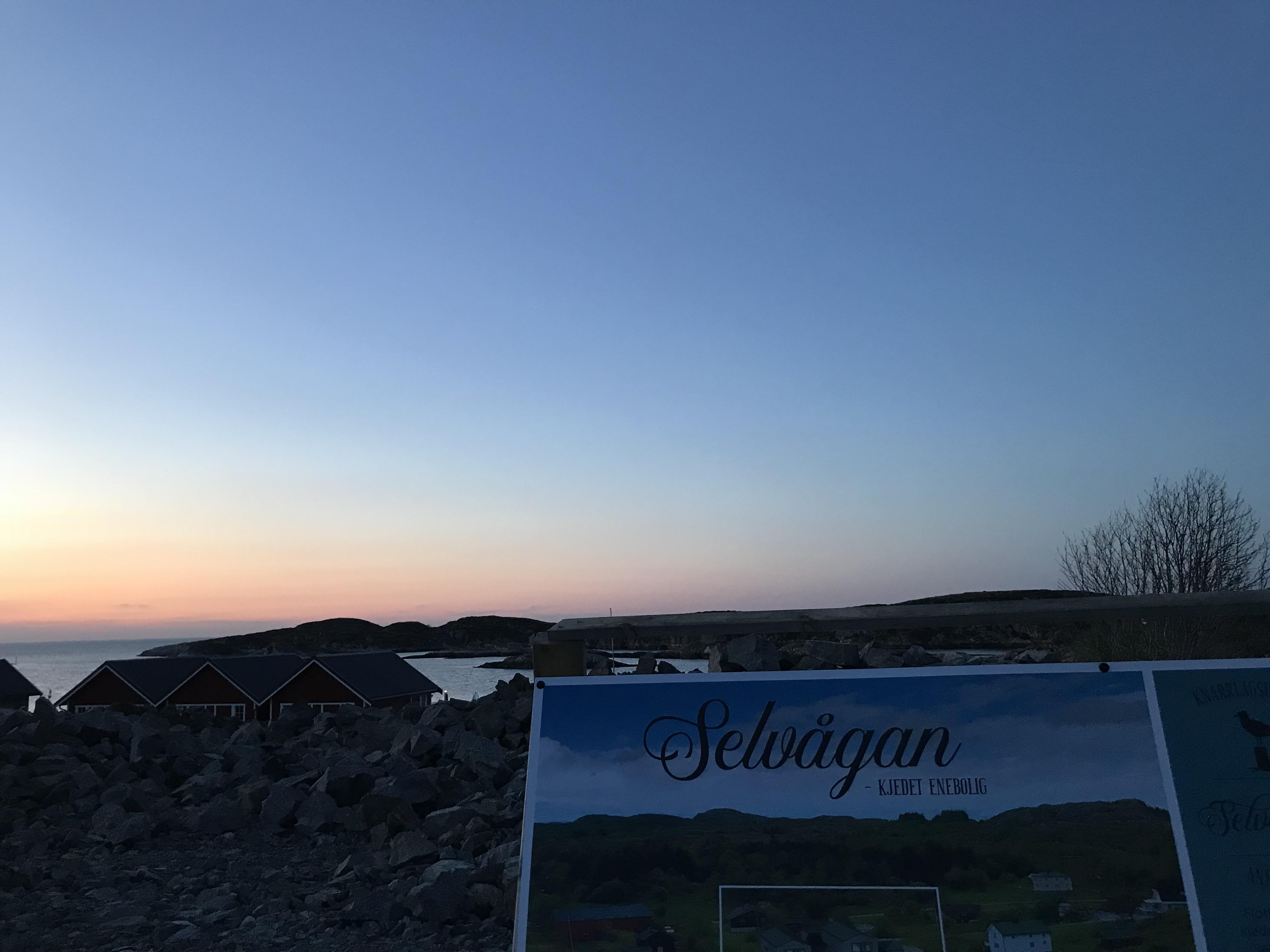 selvågkaia i solnedgang